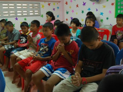 children in Thailand praying