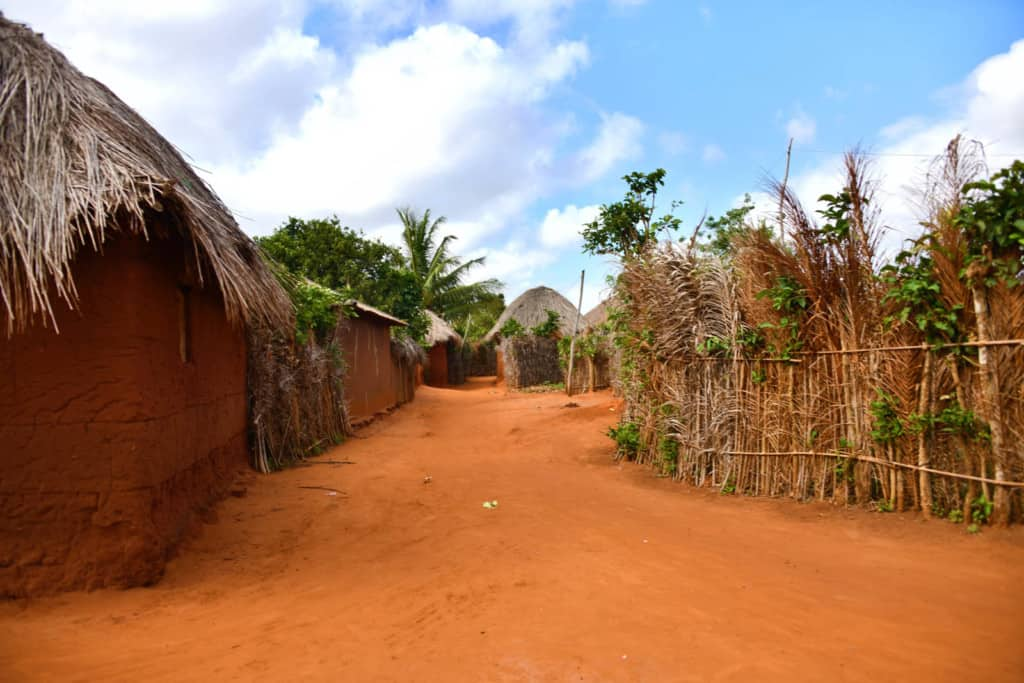 A neighborhood of Hedjegan. There are houses on a dirt path.
