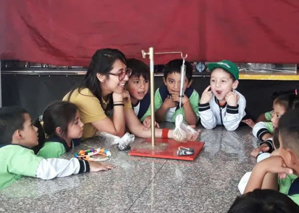 María and the children engage in an experiment